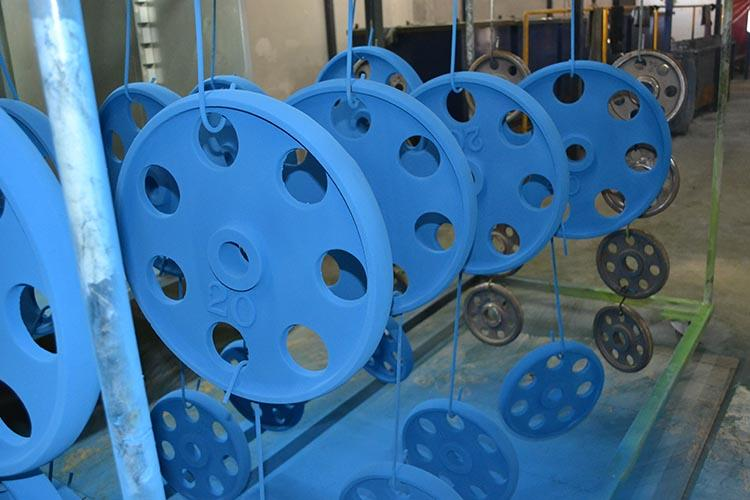 pesas pintadas con pintura en polvo azul