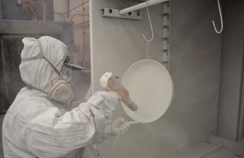 Pintando con pistola de pintura en polvo o electrostatica